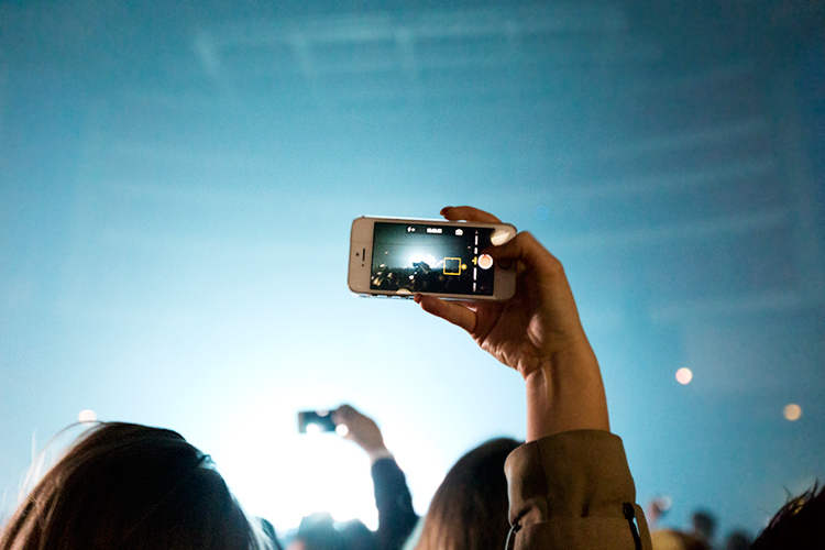 dj-gig-concert-iphone