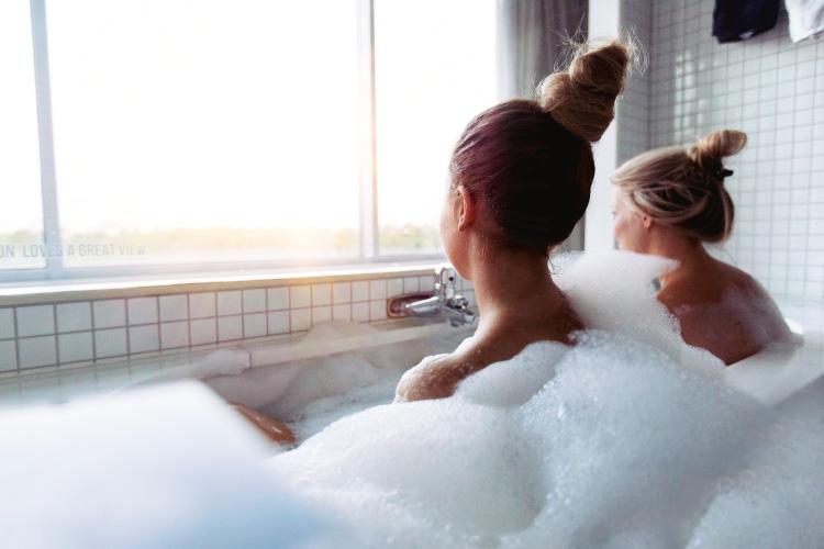 girls-night-bath