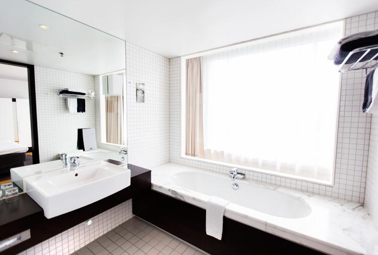 hotel-marble-bathroom